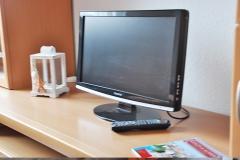Der LCD-Flachbildfernseher ist an das Satellitenfernsehen angeschlossen.